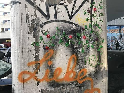 """Brückenpfeiler in Kreuzberg mit bunten Buchstaben """"Liebe"""""""