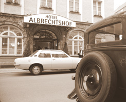 old photograph of the Albrechtshof Hotel in Berlin-Mitte